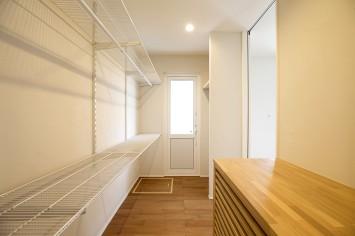 1Fファミリークローゼット~テラスへの家事同線。床下エアコンを設置。